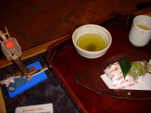 美味しいお茶とホカホカ温泉饅頭のおもてなし!